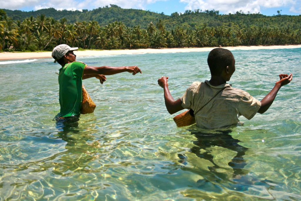 Young fishers in Antongil Bay. Photo: WCS/Ambroise Brenier.