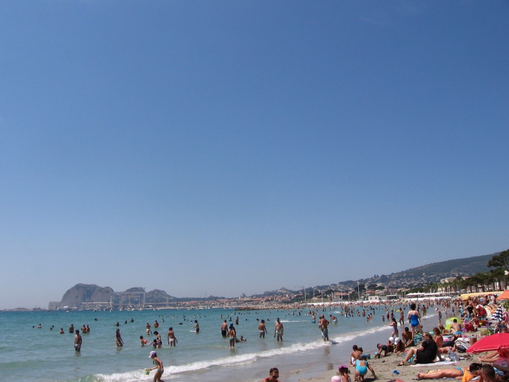 Busy beaches on the Mediterranean Sea. La Ciotat, southern France. Photo: Pieter Verbeek.